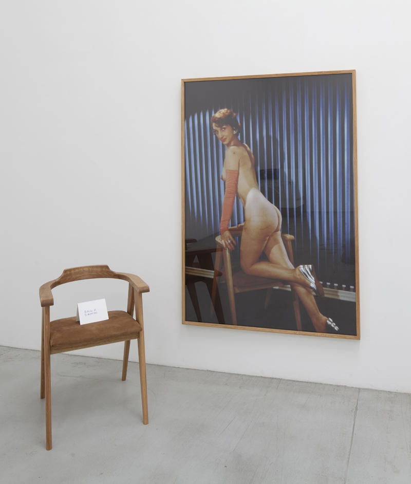 Jonathan Monk, Back in 5 Minutes (2013), Framed photo, wooden chair and cardboard sign